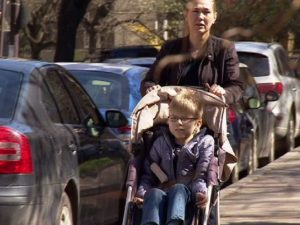 Пълен отличник в инвалидна количка не пропуска училището