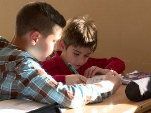 Ученици в Костинброд помагат доброволно с уроците на по-малките деца