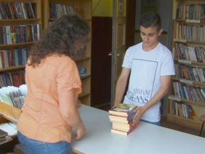 Ученик дари над 3000 книги на читалища и домове за възрастни хора