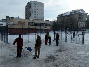 Учители се организираха за почистване на снега в училищния двор
