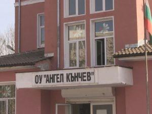 Деца бяха заключени в училище заради безстопанствен ротвайлер