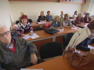 Пенсионери отново застават зад учебния чин