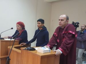 Съдът остави в ареста ученика, ударил с кол учител в Садово