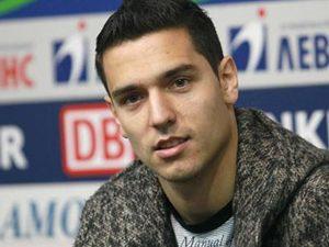 Футболист Номер 1 на България зарадва ученици