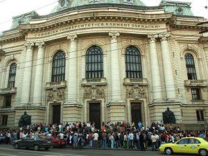 Софийският университет раздал милиони за бонуси