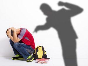 Училищен директор ударил петокласник в час