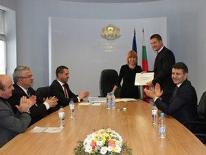 Министърът подписа договори за младежки центрове в четири общини