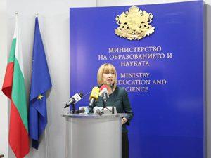 Ученици взеха интервю от министъра