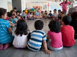 Децата на бежанците с образователни карти