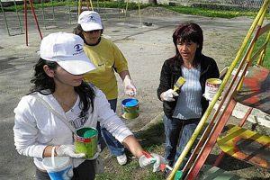Доброволци реновираха училищен двор