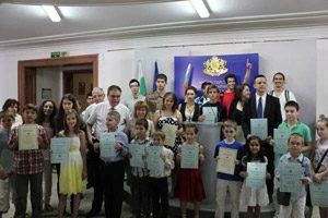 """Министърът награди отличниците от националния кръг на """"Европейско кенгуру"""""""