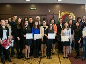 Зам.-министър и ректор наградиха победители в състезание по финанси
