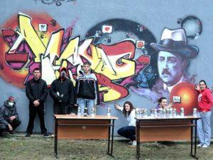 Ученици нарисуваха с графити патрона на училището си