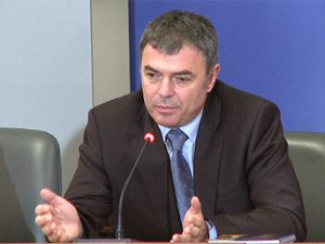 Сергей Игнатов връчва свидетелства на първолаци в Калофер