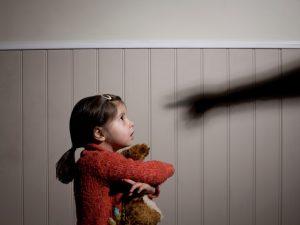 Регулаторът сваля медийната защита на децата, преживели насилие