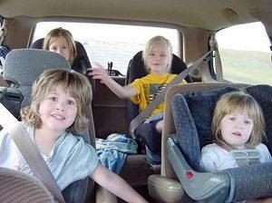 Спряха учителка с 19 деца в колата й (снимки)