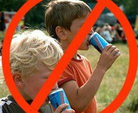 Забраняват продажбата край училищата на енергийни напитни и бонбони