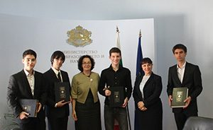 Министър Коларова прие лауреати на награди от Европейския конкурс за млади учени