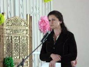 Мариана Банчева връчва награда в конкурс за най-добър учител