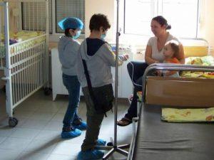 Ученици дариха мартеници на болни деца