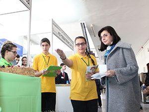 Министър Кунева към ученици: Следете потребителските си права
