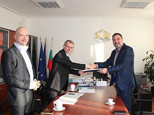 """Зам.-министър връчи договор по проект """"Образователна интеграция и социално развитие"""""""