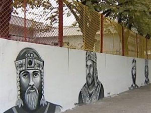Ученици рисуват историята на стената на училището си