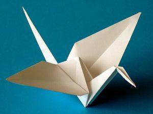 Японка учи деца на изкуството оригами