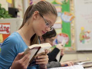 Ученици подаряват книги в Седмицата на четенето