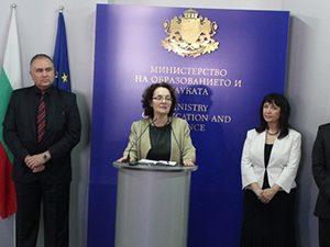 Министърът се срещна със специалисти по темата със съдържанието на учебниците