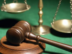Съдят майка за побой над учителка в клас
