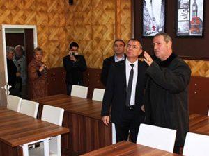 Министърът откри нови учебни кабинети в Своге