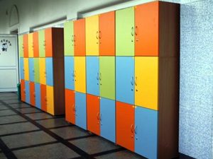 Родители купуват шкафчета и зареждат с вода класни стаи