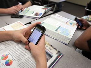 В пловдивски училища разрешават смартфони в час