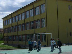 Ученици веят партийни знамена в Дупница