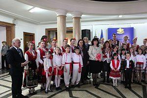 Ученици поздравиха служителите на МОН по повод предстоящите празници