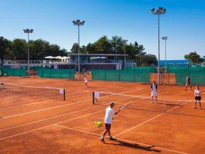 В Благоевград ученици учат английски, докато тренират тенис