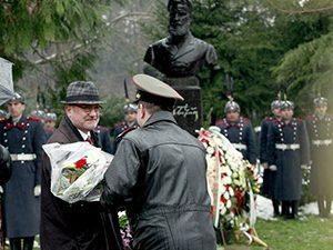 Проф. Танев поднесе цветя пред паметника на Христо Ботев