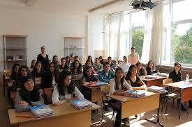 Ученик разпръсна препарат за отпушване на канали в класната стая
