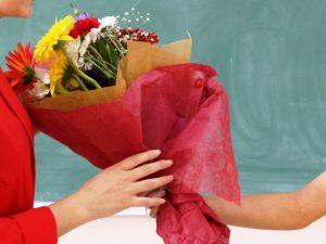 Забраниха на учителите във Варна да получават цветя, родителите – против
