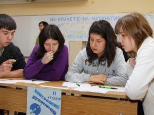 Ученици празнуват с решаване на задачи