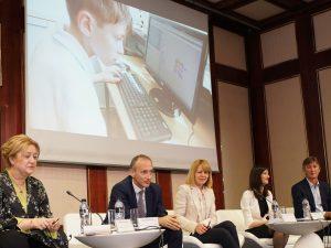 Безжичен интернет до година във всички училища, обеща министър Вълчев