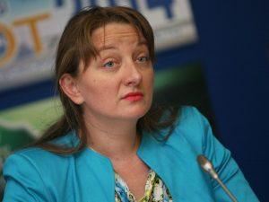 Спирането на детските надбавки само за месец не работи, категорична е Сачева