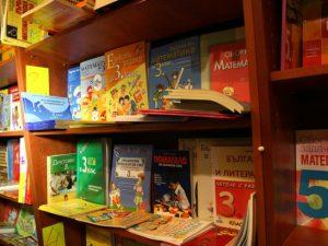 """Учениците купуват учебници """"втора ръка"""", защото излизат два пъти по-евтино"""