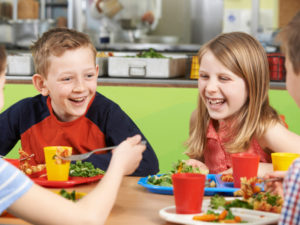 Родители поръчват онлайн обедното меню за децата си