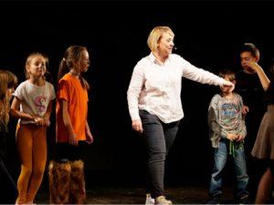 Студенти актьори помагат на ученици да стават отличници чрез игра