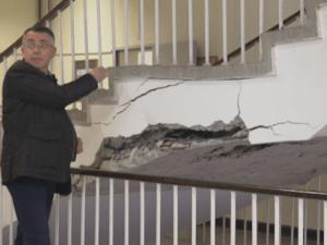 Възстановяват занятията за училището в Кърджали, където пропадна стълбище