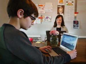 Учителите трябва да изкарат учениците от Facebook